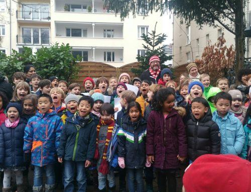 Schüler singen Weihnachtslieder